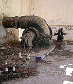 Turbina de la sala de máquinas de la central hidroeléctrica de El Ossero