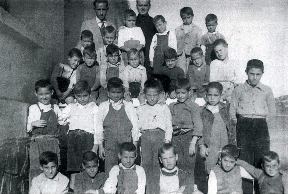 Los niños de Ruidera con el maestro y el cura en 1955