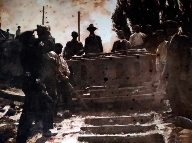 Operariosbajando la máquina gorda por las escaleras de la central hidroeléctrica de San Alberto en Ruidera, años 1920-1925.