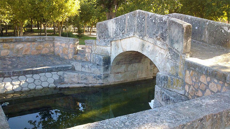 Uno de los puentes de Alameda de Cervera con agua en el canal